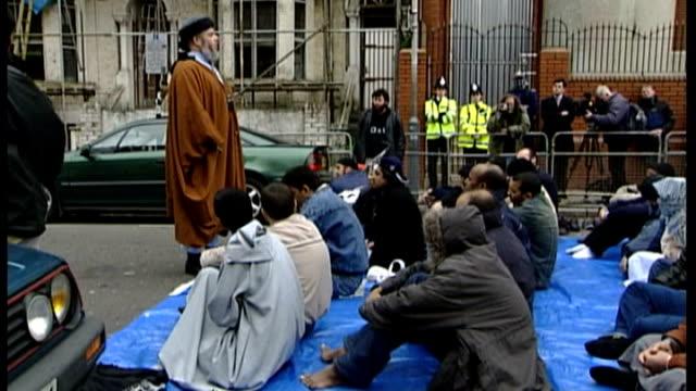 vidéos et rushes de claims that radical preacher abu hamza influenced charlie hebdo attackers; r11040310 / england: london: finsbury park mosque: various shots of abu... - persuasion