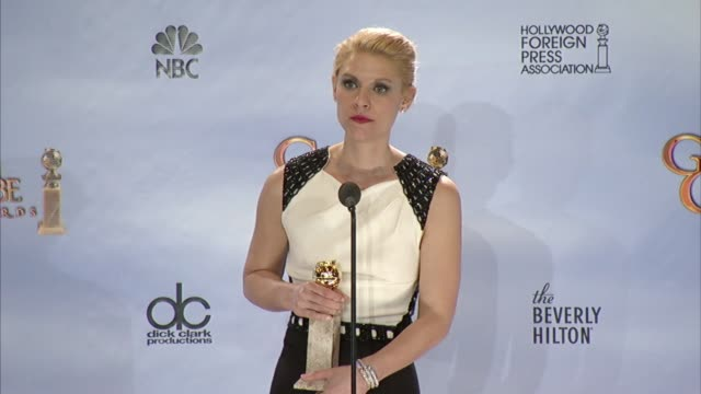 vídeos de stock e filmes b-roll de claire danes on how responsible she feels playing a law enforcement character at 69th annual golden globe awards press room on 1/15/2012 in beverly... - prémio globo de ouro