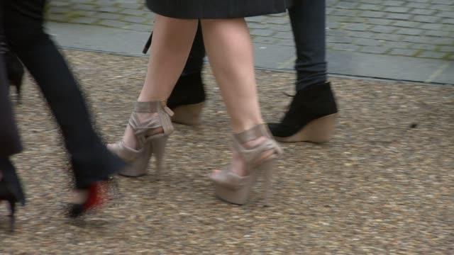 vidéos et rushes de claire danes's shoes at the burberry prorsum london fashion week a/w 2010 red carper arrivals at london england - burberry prorsum