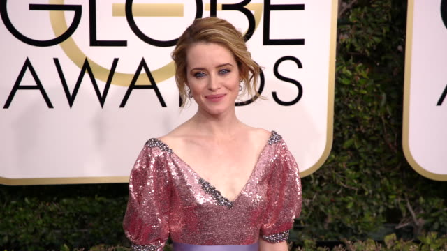 claire foy at the 74th annual golden globe awards arrivals at the beverly hilton hotel on january 08 2017 in beverly hills california 4k - ビバリーヒルトンホテル点の映像素材/bロール