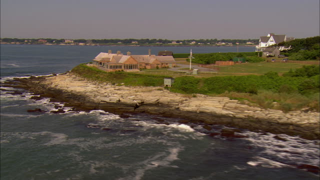 vídeos de stock e filmes b-roll de low aerial, clambake club on rocky shoreline, middletown,  newport, rhode island, usa - rhode island