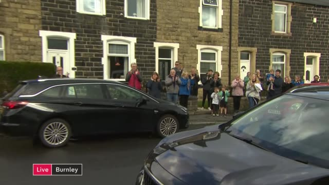 'clap for carers' marks 72nd anniversary of the nhs england lancashire burnley residents standing outside their homes and clapping taking part in... - politics stock-videos und b-roll-filmmaterial