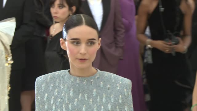 vídeos de stock, filmes e b-roll de clare waight keller and rooney mara at heavenly bodies fashion the catholic imagination costume institute gala at the metropolitan museum of art on... - rooney mara