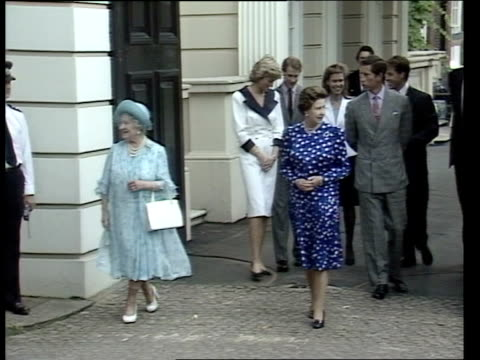 vidéos et rushes de lms queen mother and queen towards gates followed by diana charles edward lady sarah armstrongjones david linley cms diana charles david linley... - princesse