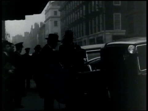 claridges sign. british attendees of london naval conference: sir john simon ramsey mcdonald getting into cab. - anno 1935 video stock e b–roll
