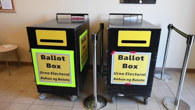 vidéos et rushes de clark county election department worker kelley george puts mail-in ballots collected from vehicles in a ballot box at the clark county election... - comté de clark nevada