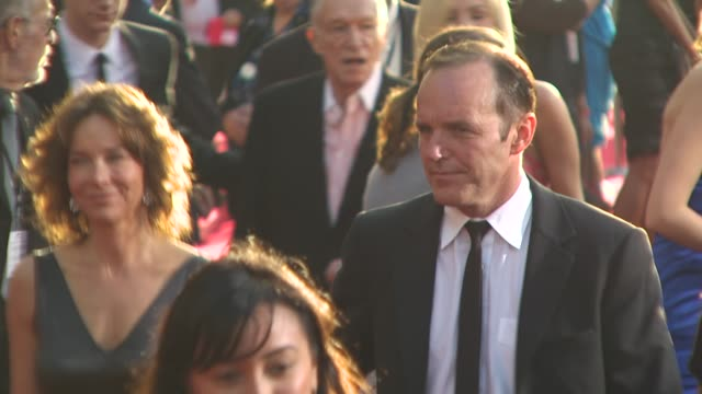 vídeos de stock e filmes b-roll de clark gregg , jennifer grey at the 'iron man 2' premiere at hollywood ca. - vestido preto