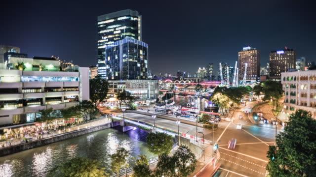 vidéos et rushes de t/l of clarke quay in singapore at night - traverser