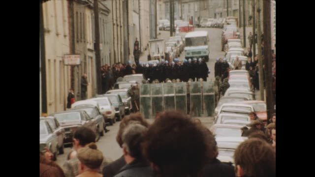 vídeos y material grabado en eventos de stock de clashes at funeral of ira hunger striker, frank stagg; itn northern ireland: bellina: ext republicans towards as assembled, incl, maire drumm & r.... - irlanda del norte