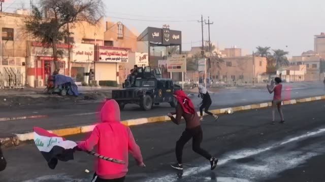 stockvideo's en b-roll-footage met clashes break out between anti government protesters and iraqi security forces during a bloody government crackdown in the flashpoint southern city... - nasiriyah