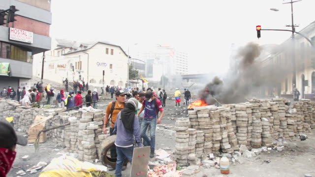 stockvideo's en b-roll-footage met clashes break out between protesters and police following demonstrations against rising fuel prices due to the government scrapping subsidies in... - ecuador