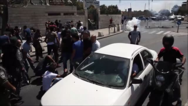 clashes broke out between palestinian protestors and israeli security forces after israel bars palestinians under 40 from entering al-aqsa mosque in... - イスラエルパレスチナ問題点の映像素材/bロール