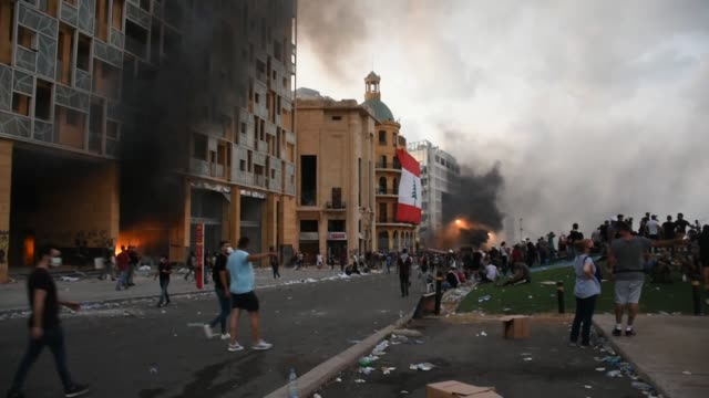 vidéos et rushes de clashes erupt as hundreds of people protest against lebanon government after tuesday's massive explosion that devastated the city in beirut on... - bombardement