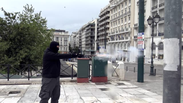 clashes erupt between antiausterity protesters and riot police outside parliament on general strike day in athens protesters threw molotov cocktails... - 機動隊点の映像素材/bロール