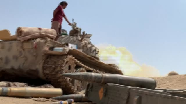 clashes erupt between fighters loyal to yemen's separatist southern transitional council and saudi-backed government forces over the control of... - yemen bildbanksvideor och videomaterial från bakom kulisserna