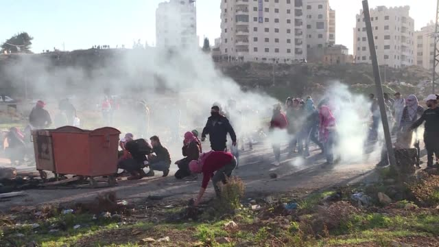 vídeos de stock, filmes e b-roll de clashes erupt between palestinians and israeli security forces at the dco checkpoint near ramallah in the west bank - ramallah