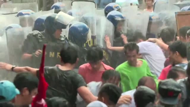 Clashes erupt in Manila during an anti Trump protest as the ASEAN summit starts