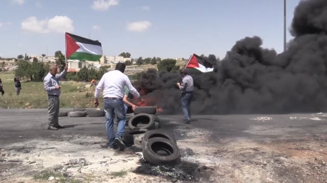 """clashes erupted between palestinians and israeli soldiers as palestinians stage a demonstration in support of the ongoing """"great march of return""""... - 2018年ガザ地区国境抗議点の映像素材/bロール"""