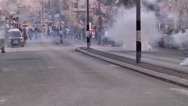 clashes happened between tens of palestinian guys and the israeli forces in bethlehem in the west bank as the israeli soldiers shot fire and gases at... - 対決点の映像素材/bロール