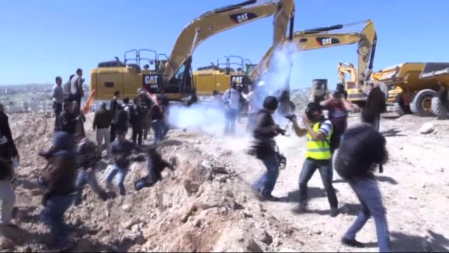 vídeos de stock, filmes e b-roll de clashes occur between palestinians and israeli forces during the protest against jewish settlements by palestinians in ramallah west bank on 6 march... - ramallah