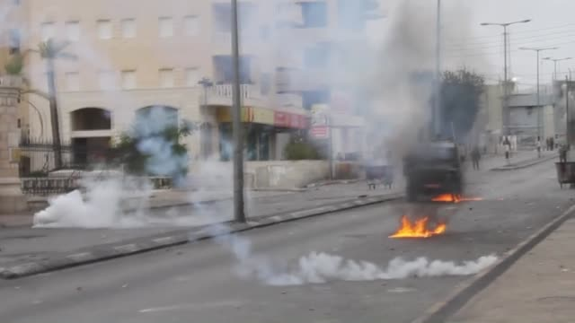 clashes occurred between palestinians and israeli security forces during the protest of palestinians against israeli violations on al-aqsa mosque, in... - イスラエルパレスチナ問題点の映像素材/bロール