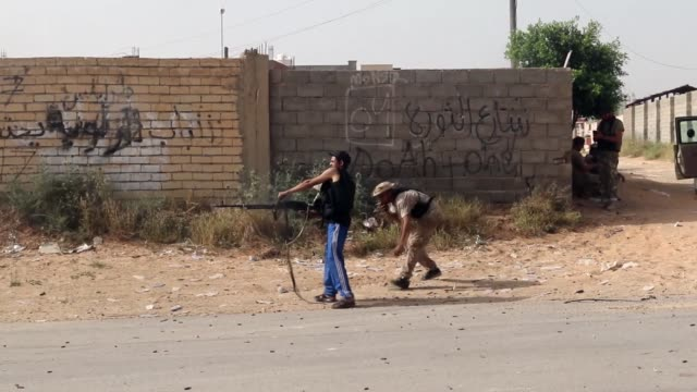 stockvideo's en b-roll-footage met clashes resumed south of tripoli thursday between forces loyal to libya's unrecognized government of national accord and forces led by renegade... - libië