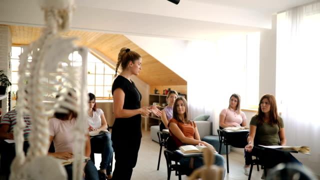 klasse der anatomie an der massageschule - schulische prüfung stock-videos und b-roll-filmmaterial