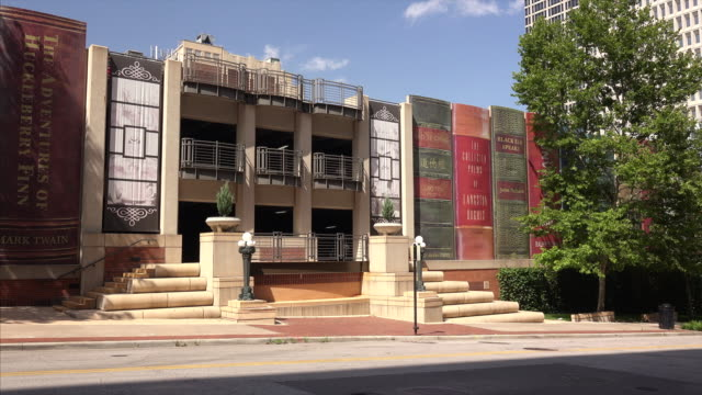 vídeos de stock e filmes b-roll de classic books make up the exterior of the kansas city public library - kansas