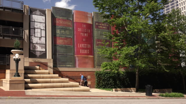 classic books make up the exterior of the kansas city public library - 公共図書館点の映像素材/bロール