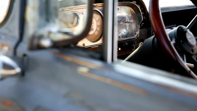klassische auto detail-pan-stil - frisiertes auto stock-videos und b-roll-filmmaterial