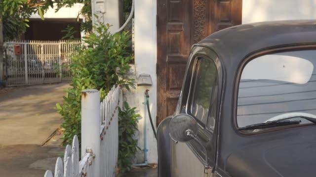家の中に駐車クラシックカー。 - stationary点の映像素材/bロール