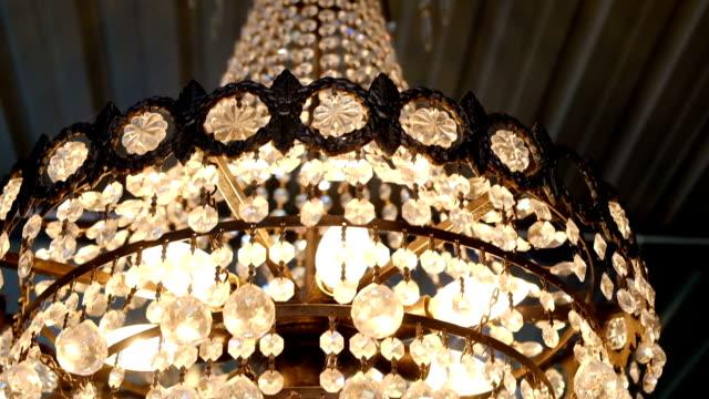 vídeos de stock, filmes e b-roll de clássico do lustre - candelabro