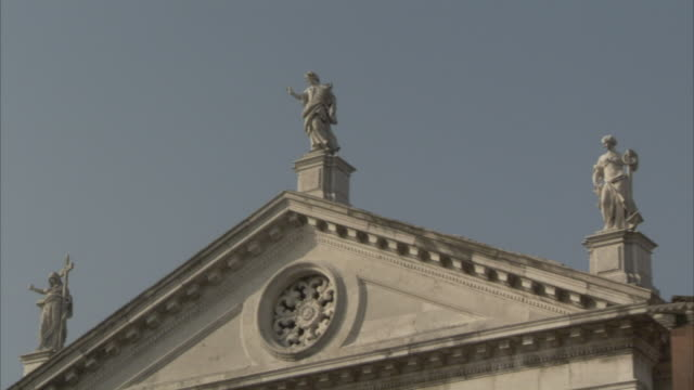 vidéos et rushes de classic figurines top the roof of the church of san giorgio maggiore. available in hd. - fronton