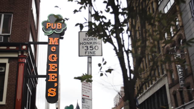 stockvideo's en b-roll-footage met classic irish pub entrance new york city - bar gebouw