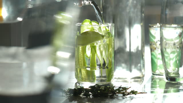 vídeos y material grabado en eventos de stock de classic prohibition style cocktail with gin or vodka and sliced cucumber in tall glass. - masculinidad
