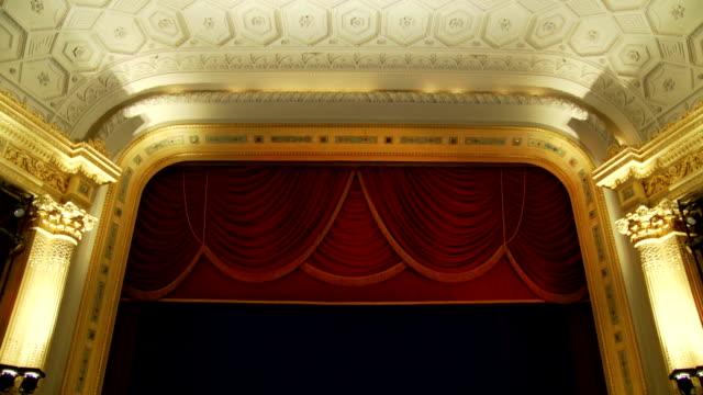 teatro classico fase scoprire - spettacolo teatrale video stock e b–roll