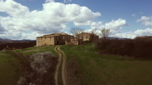 classic tuscan view: abandoned old farm on a hill - masseria video stock e b–roll