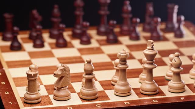 古典的な木製のチェスゲーム。 - ライバル点の映像素材/bロール