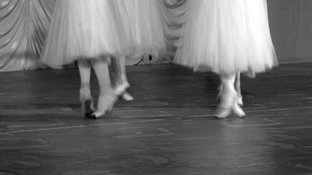 vídeos y material grabado en eventos de stock de clásica de ballet danza en sus manos - de puntas