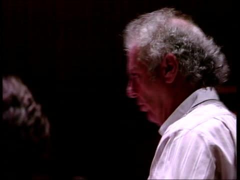 vídeos y material grabado en eventos de stock de daniel barenboim; daniel barenboim conducting berlin staatskapelle orchestra sot - director de orquesta