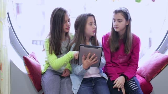 vídeos y material grabado en eventos de stock de compañeros con tableta digital - cinta de cabeza