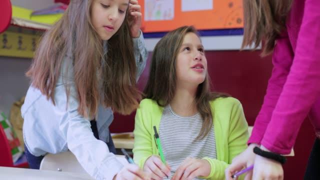 vidéos et rushes de camarades de classe travaillant ensemble - élève du primaire