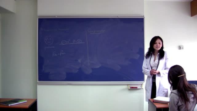 in classe - corso di matematica video stock e b–roll