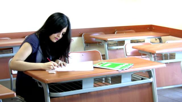 vídeos de stock, filmes e b-roll de layout de sala de aula - estudante universitária