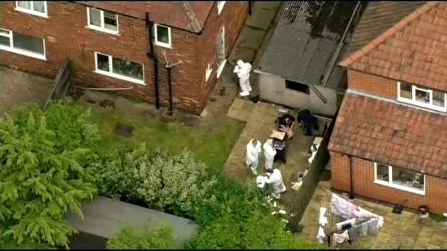 vidéos et rushes de man arrested england yorkshire york forensic police officers in white overalls searching bins in back garden of suspect's house - salopette