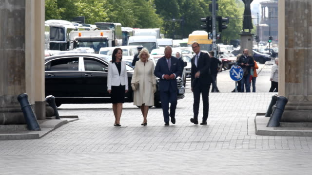 claudia mueller camilla duchess of cornwall prince charles prince of wales and berlin mayor michael mueller walk through the brandenburg gate on may... - prinz von wales stock-videos und b-roll-filmmaterial