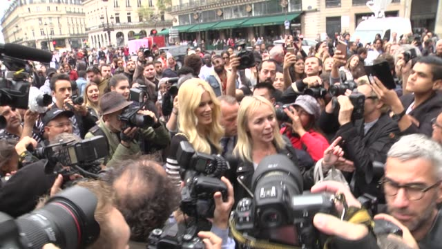 Claudia Schiffer arrives at the Balmain show as part of the Paris Fashion Week Womenswear Spring/Summer 2018 on September 28 2017 in Paris France