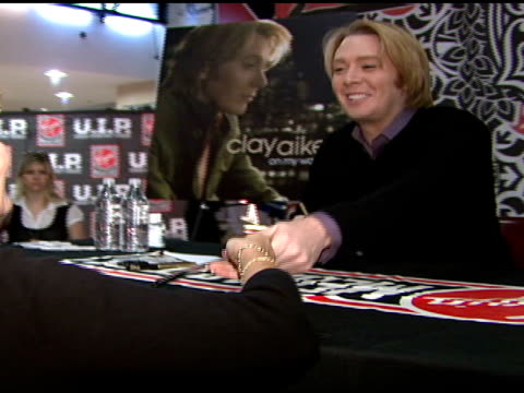 clay aiken at the clay aiken signs copies of his new album 'on my way here' at virgin megastore in new york, new york on may 6, 2008. - virgin megastore点の映像素材/bロール