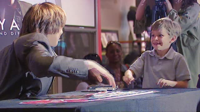 clay aiken at the clay aiken signs his new album 'a thousand different ways' at virgin megastore in hollywood, california on september 26, 2006. - virgin megastore点の映像素材/bロール
