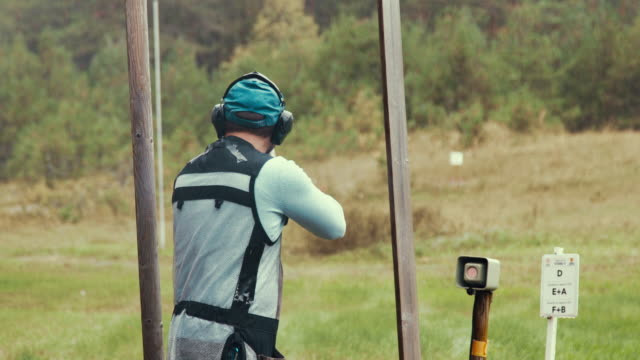 clay target shooter in the competition - tiro al piattello video stock e b–roll